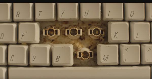 キーボードに挟まっているなら歯にだって… 歯磨きの大切さを訴えるCMの発想が面白い【動画】