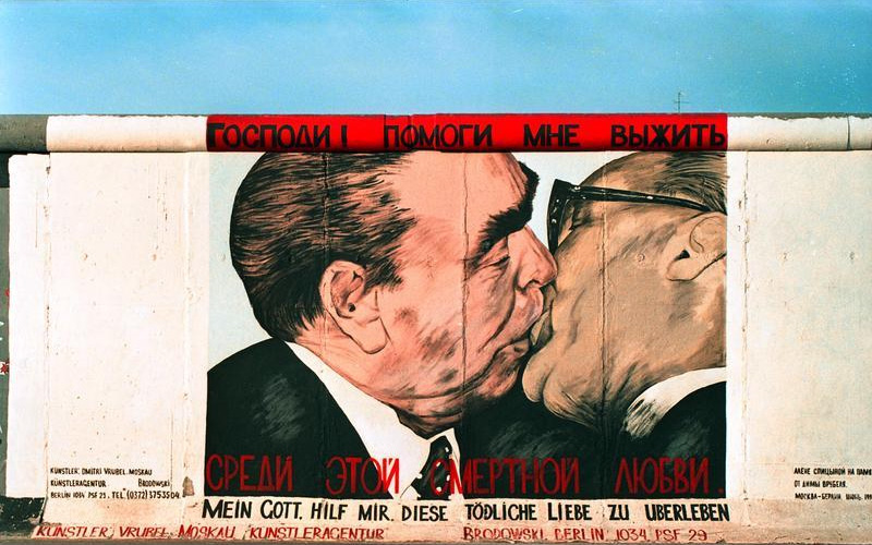 """25.7.1991""""East-Side-Gallery"""", gelegen zwischen der Jannowitzbr�cke und der Oberbaumbr�cke.Reste der Berliner Mauer, die nach der �ffnung von vorwiegend ostdeutschen K�nstlern auf der Ost-Seite bemalt wurden."""