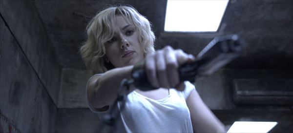 スカヨハがドラッグで暴走する最強セクシーヒロインに!超絶アクション『LUCY』
