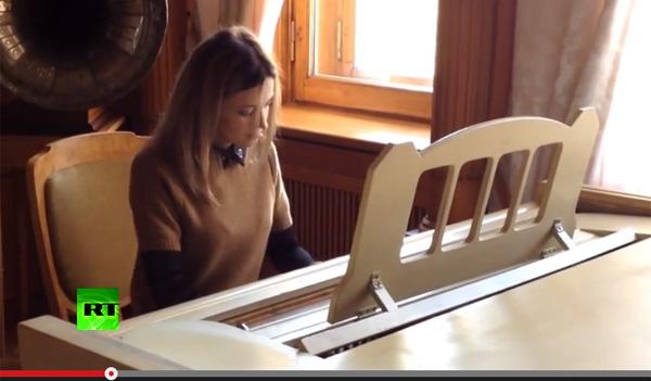 クリミア共和国の美人検事長ナタリア様はピアノも上手かった!動画公開でネット民歓喜