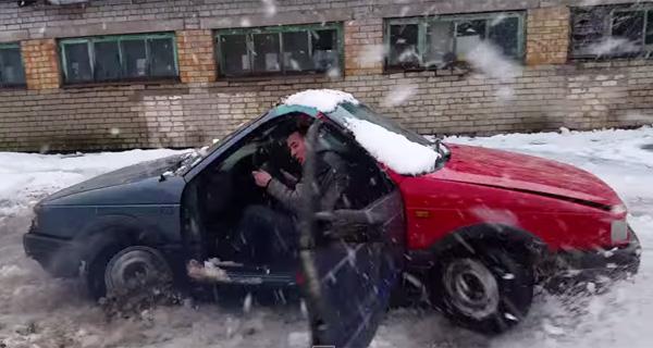 車の前半分同士をドッキングした改造車両、アクセルを踏むとどうなるか?【衝撃映像】