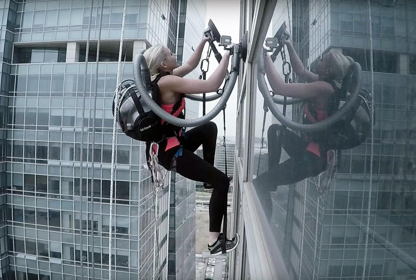 Video: 140-Meter-Fassade mit zwei Akku-Staubsaugern erklimmen