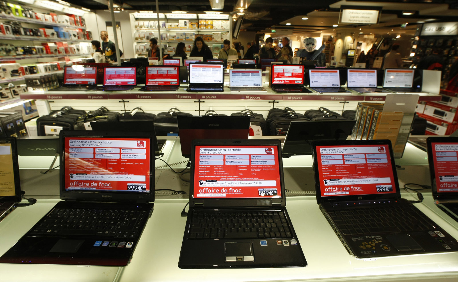 Customers look at computers in the French FNAC department store in Nice, southeastern France, February 27, 2009.  REUTERS/Eric Gaillard (FRANCE)