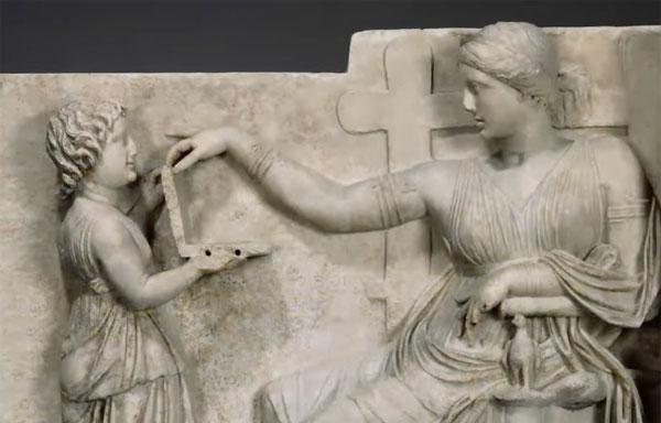 ギリシャ時代の彫刻に小型ノートパソコンらしきものが!「USB端子もちゃんとある」とマニアの間でも話題に【動画】