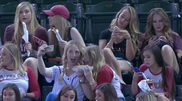 野球よりセルフィー?球場で自撮りしまくる女子大生たちがヒドすぎる「いったい何しに来てるのか」【動画】