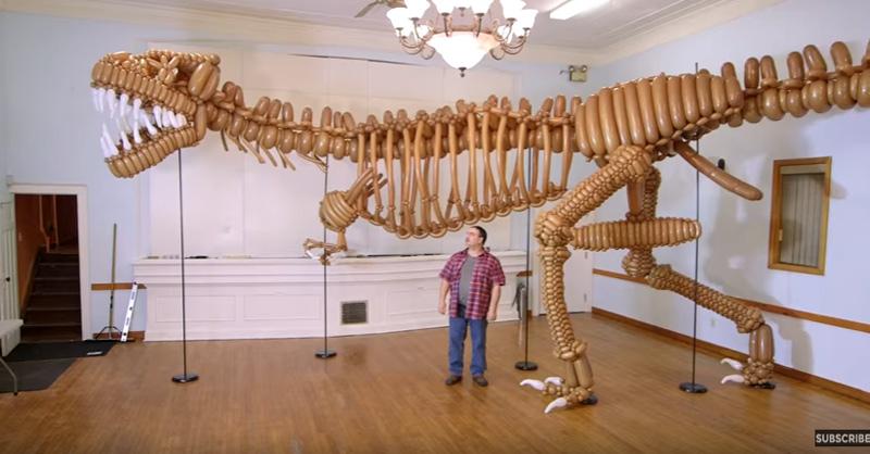 【びっくり!】風船だけで実物大のティラノサウルスを作った男性