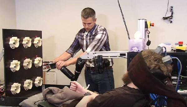 四肢麻痺の男性が脳とつながったロボットアームの新技術を用いて触覚を取り戻すことに成功
