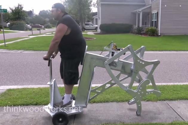 【ビデオ】セグウェイよりも奇抜! 電動ドリルの力で動く歩行マシン
