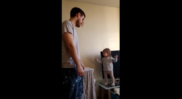 1歳の女の子とパパの可愛すぎるケンカが世界中で大人気、再生数も爆発中【動画】