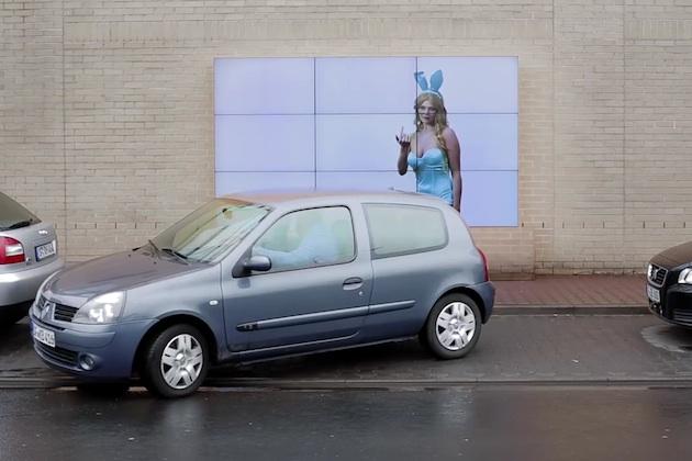 【ビデオ】縦列駐車を手助けしてくれる、フィアットの画期的なビルボード広告