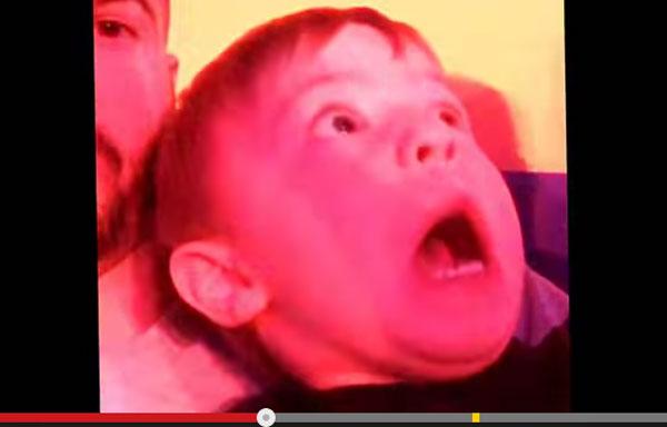 WWE「スマックダウン」を生まれて初めて見た2歳児のリアクションが可愛すぎると話題