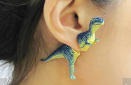 耳元に小さな恐竜が! オモチャで作るユニークなピアス