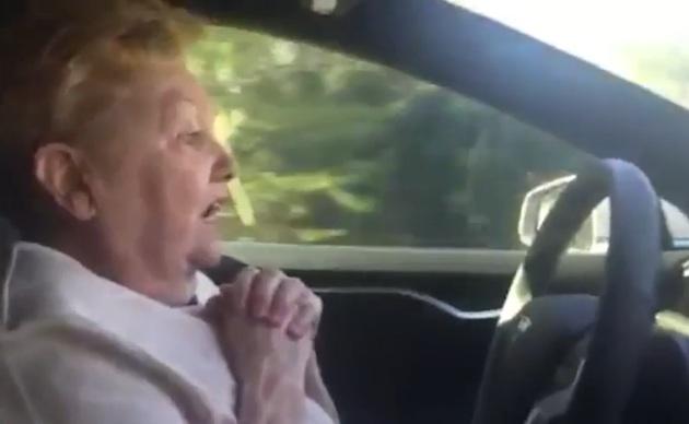 【ビデオ】年配の女性がテスラ「モデルS」の自動運転機能にパニック寸前!