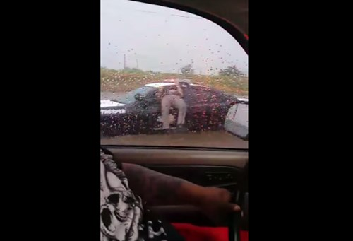 ちょ、何してんのwww パトカーの窓にハマった警官がマヌケすぎる【動画】