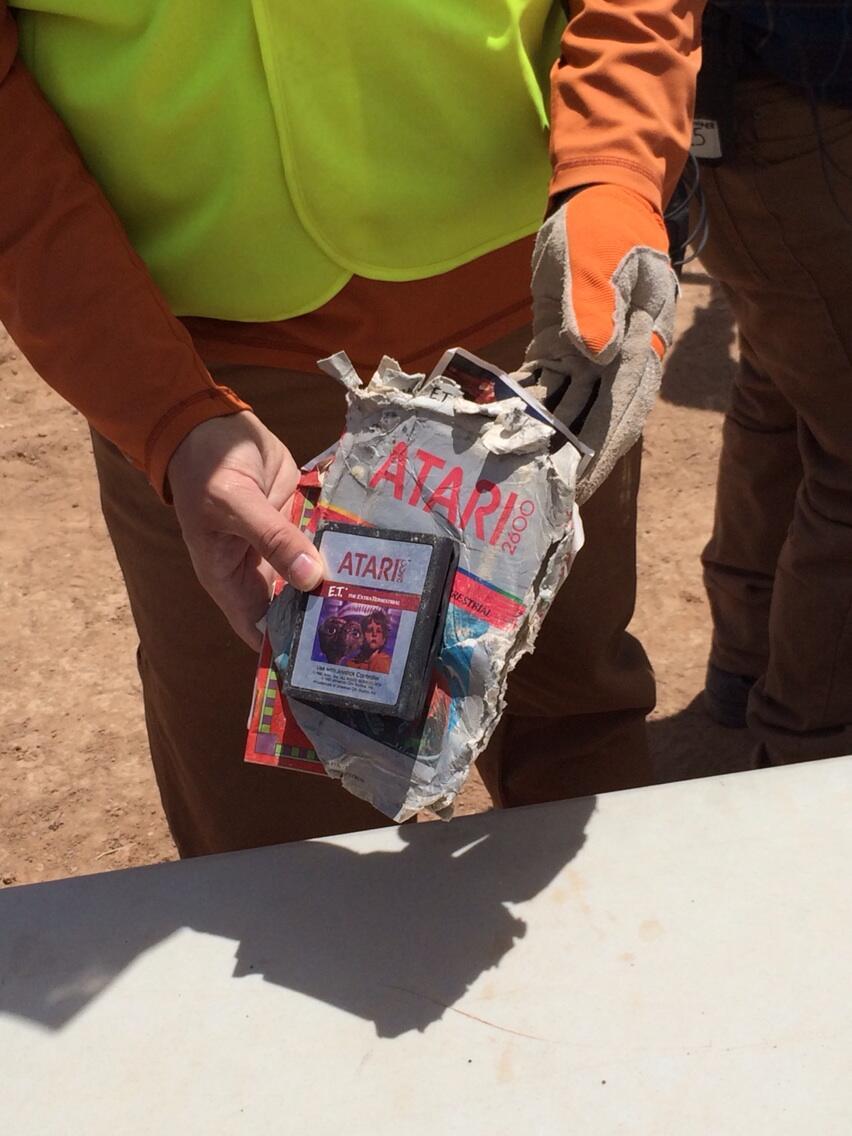Desentierran los cartuchos de E.T en el desierto BmK3IhECcAEvQmU.jpg-large