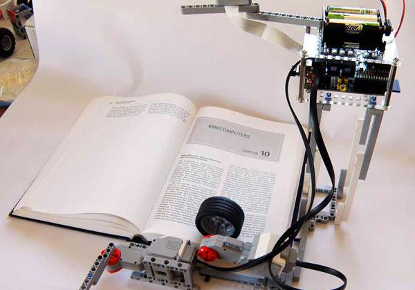 BrickPi-Vorleser aus Lego und Raspberry Pi kann jetzt auch Umblättern