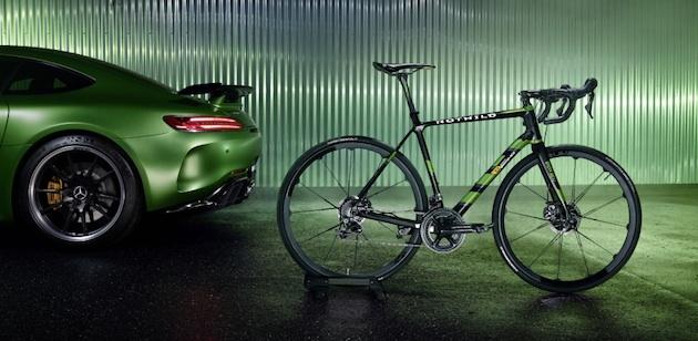 """Das ROTWILD R.S2 Limited Edition """"Beast of the Green Hell"""" ist das perfekte Sportgerät für Radenthusiasten, die das Besondere suchen und Herausforderungen lieben. ;Mercedes-AMG GT R: Kraftstoffverbrauch kombiniert: 11,4 l/100 km, CO2-Emissionen kombiniert: 259 g/km*The ROTWILD R.S2 Limited-Edition """"Beast of the Green Hell"""" is the perfect piece of sports equipment for bicycle enthusiasts who are looking for something extraordinary and love challenges.;Mercedes-AMG GT R: combined fuel consumption: 11.4 l/100 km, combined CO2 emissions: 259 g/km*"""