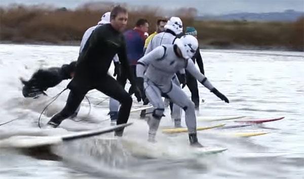 『スター・ウォーズ/フォースの覚醒』公開記念!ストーム・トルーパーが銀河帝国軍のためにサーフィン!【動画】