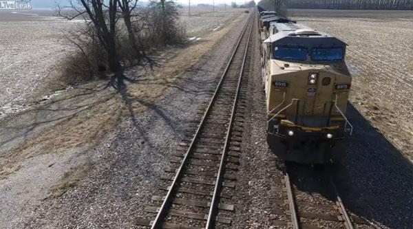 長すぎだろ!空撮した貨物電車の「ウソ電」映像がバカバカしいけど癖になるwww【動画】