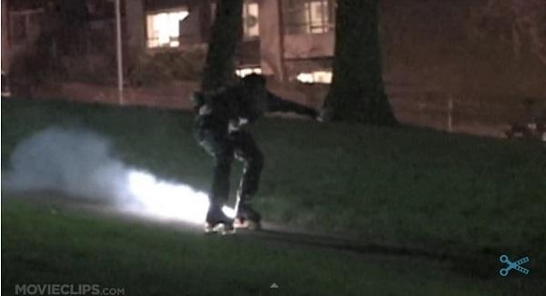 大爆発!ロケット花火をローラースケートに装着して滑走するとどうなるか?【動画】