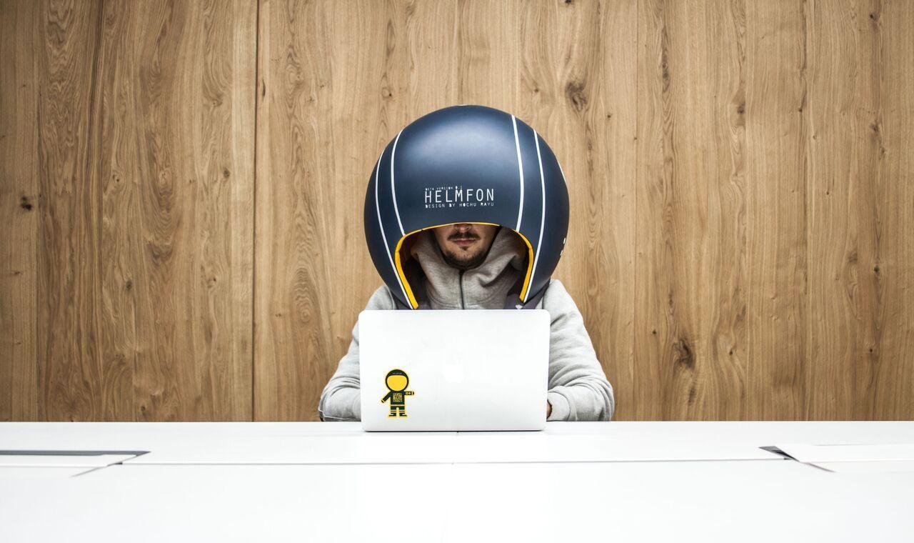 Helmfon, un futurista (y extraño) casco para aislarte del mundo