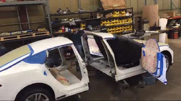 【ビデオ】テスラ「モデルS」の車体を延長して巨大な電動リムジンを製作中