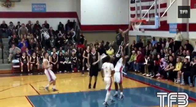 高校生バスケ選手の反則ギリギリ、ディフェンダーの顔面にヒザ蹴りダンクがヤバすぎる