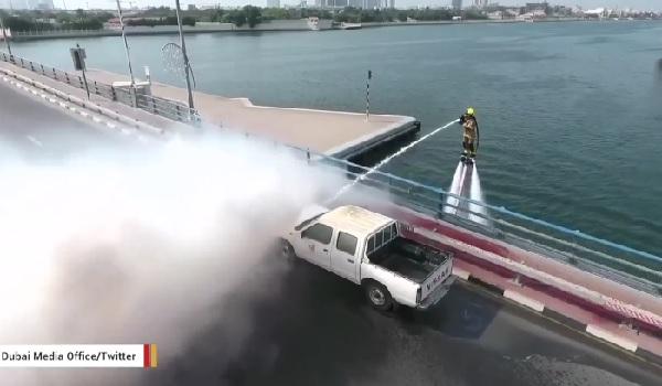 これは画期的!ドバイの消防局が「空飛ぶ消防士」のデモンストレーションを実施【動画】