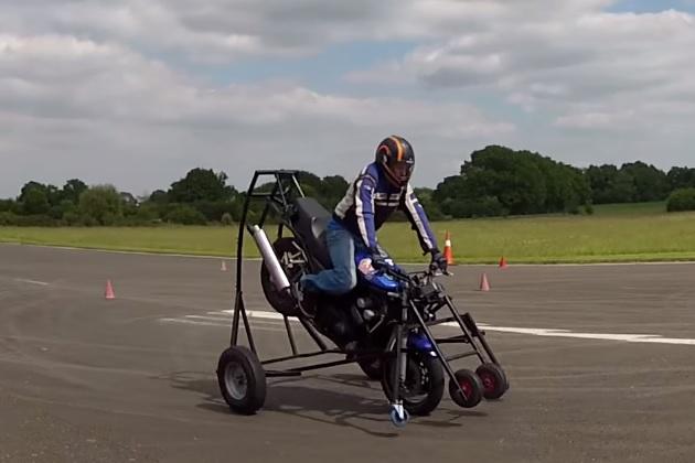 【ビデオ】前輪のみで走行するオートバイの技
