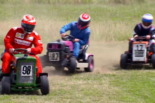 【ビデオ】キミ・ライコネンらF1のレジェンドドライバーが芝刈り機レースで勝負!