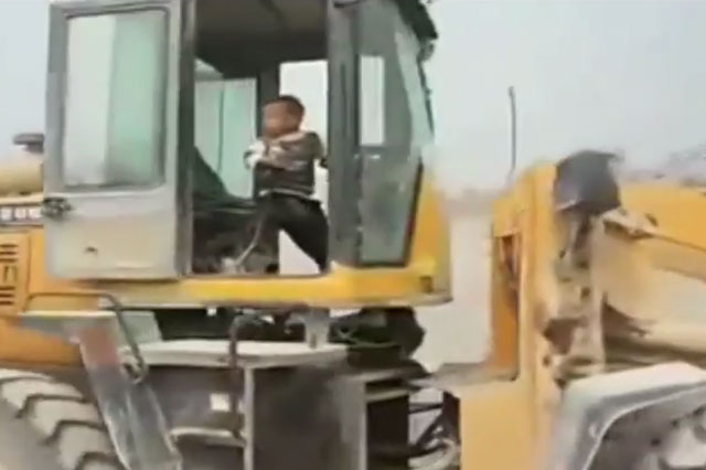 Boy, 5, drives dad's digger (Video)