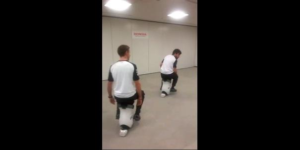 F1マクラーレン・ホンダのアロンソとバトンがHonda UNI-CUBで遊んで可愛すぎる【動画】