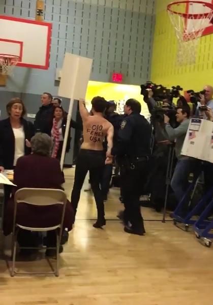 トランプ氏が訪れたニューヨーク州の投票所で2人の女性がトップレスになり抗議!【動画】