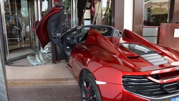 マクラーレン「MP4-12Cスパイダー」、南フランスの高級ホテルで玄関へ突っ込む!