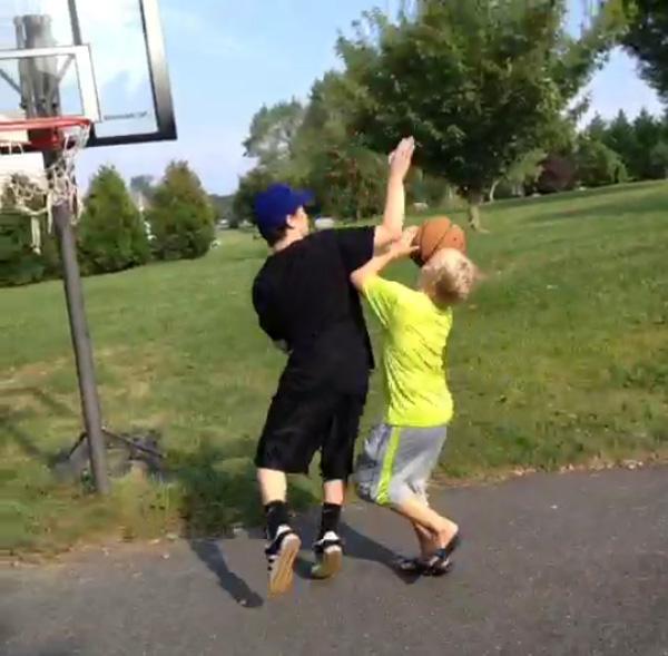 怖すぎる!少年達のバスケ中にボールが突然に消えた!?謎の動画が話題に