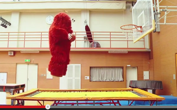 ムックがまたスポーツチャレンジ! 体を張ってダンクシュートを決めてやりますぞ