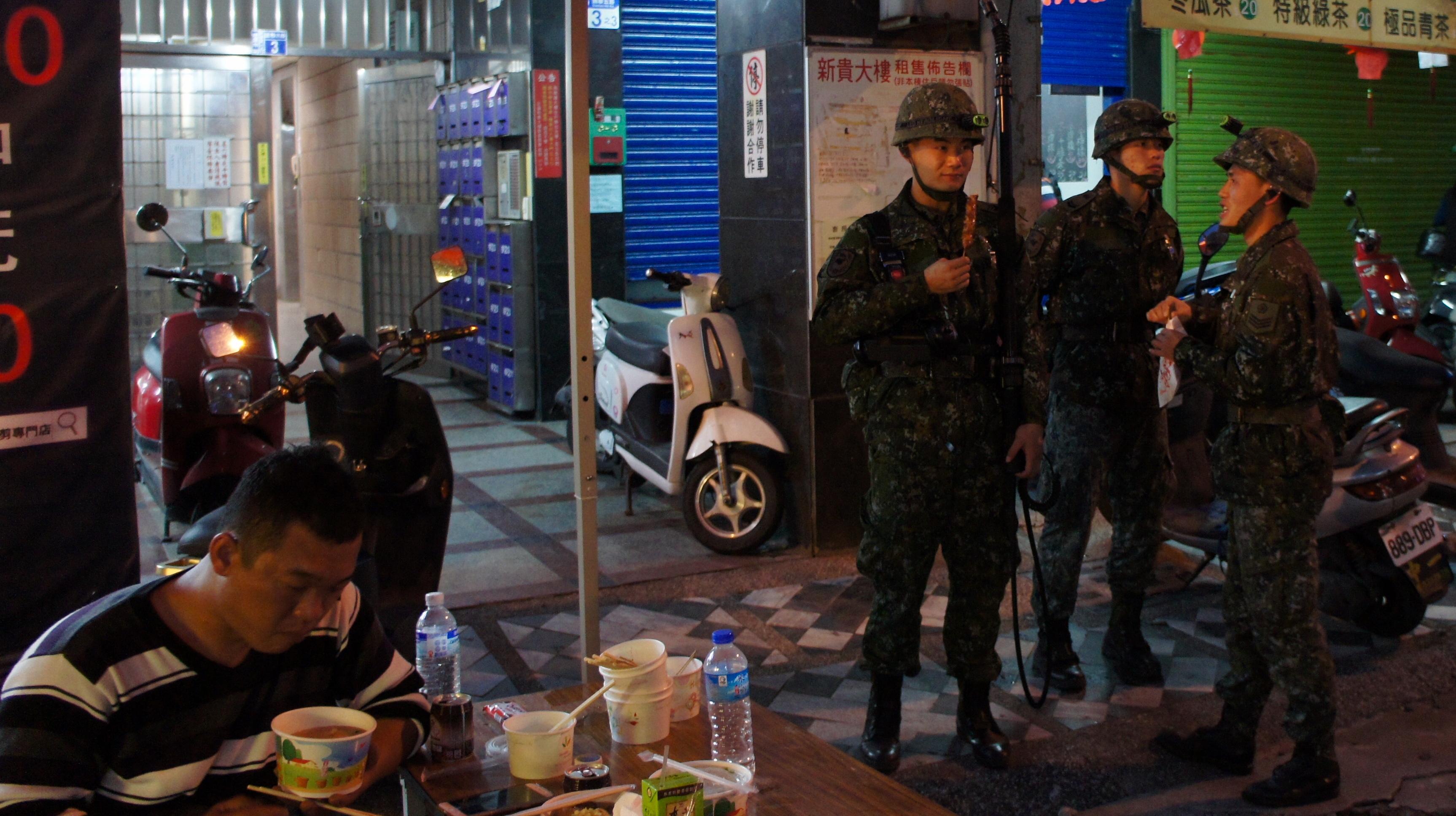 無償提供の食べ物で休憩する救急隊員ら(右)=2月9日午後6時ごろ、花蓮市