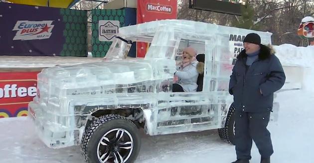 【ビデオ】ロシアのチューナーが、6トンもの氷でメルセデス「Gクラス」のレプリカを製作!(ちゃんと自走&ライトアップまで可能!)