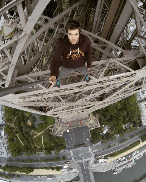 スパイダーマンかよ!エッフェル塔を自力で登る命知らずのクレイジー野郎がアツすぎる【動画】