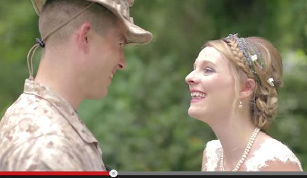 海軍従軍中の兄が妹の結婚式にサプライズで登場 感動の再会に世界中が涙