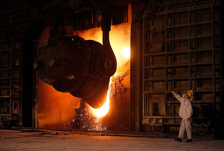 Trabalhador de siderúrgica em vilarejo de Jingyin, na Província de Jiangsu.