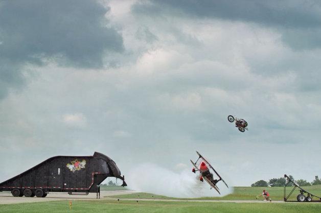 【ビデオ】オートバイが低空飛行する飛行機の上を飛び越える驚異のスタント映像!