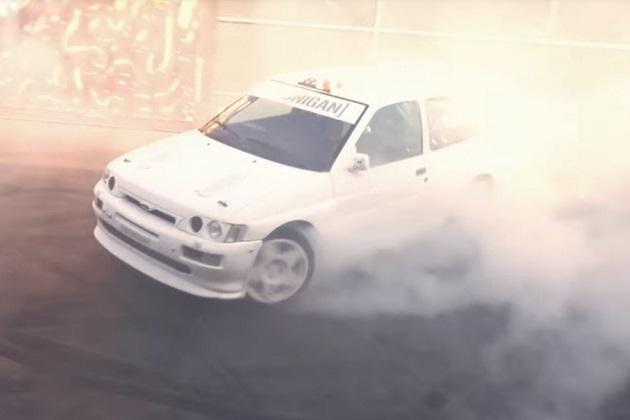 【ビデオ】ケン・ブロックが往年のグループAラリーカー、フォード「エスコート RS コスワース」でドーナツ・ターンを披露!
