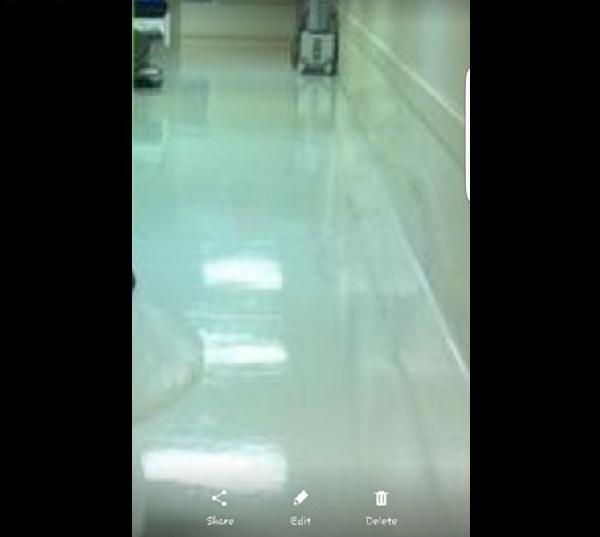 【超怖い】少年の幽霊か!? 病院の廊下の画像に「何か」が写っていると話題に・・・