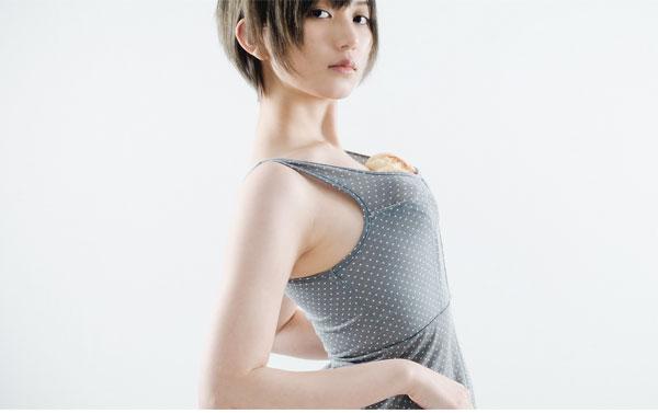 元AKB・光宗薫 「メロンパンブラ」セミヌード披露も反応冷ややか…「食べ物で遊ぶな」