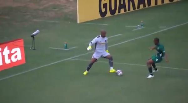 ブラジル代表ゴールキーパーは足技もスゴすぎると話題に 股抜きドリブルを披露【動画】