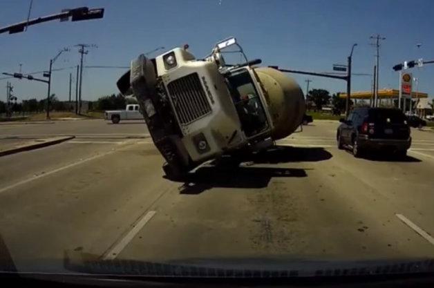【ビデオ】ミキサー車が真正面から突っ込んでくる瞬間を捉えた衝撃映像!