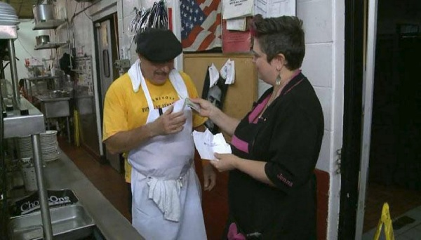 20人以上いるレストランのスタッフ全員に50ドルのチップを渡したカップル