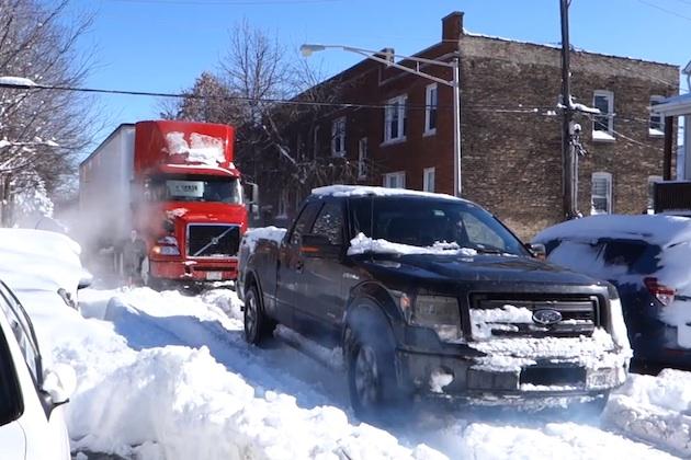 【ビデオ】フォード「F-150」が、雪で立ち往生した大型トレーラーを牽引して見事救出!
