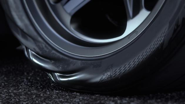 【ビデオ】ダッジ「チャレンジャー  SRT デーモン」は、タイヤがよじれるほど強烈なトルクを発揮する!